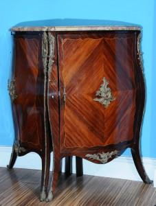 Ugaone komode Stil Luj XV Francuska, druga polovina 19. Veka Visina 92 cm